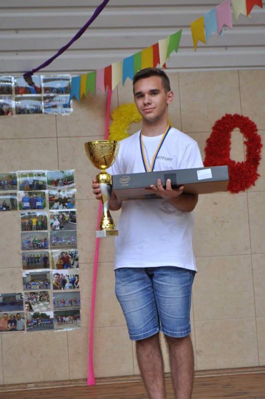Адальберт Макарович з кубком та новим ноутбуком