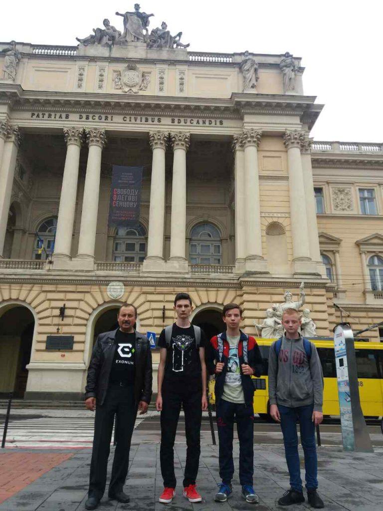 Команда Хустської гімназії-інтернату з тренером Миколою Дронем